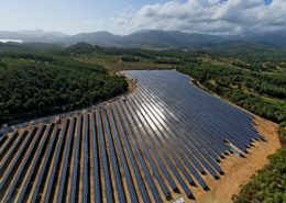 """Der Solarpark Calvia umfasst etwa sieben Fussballfelder. Anleger können mit dem geschlossenen Fonds """"MPC Solarpark"""" in diesen und drei weitere Solarparks in Spanien investieren und von der hohen Einnahmesicherheit durch die über 25 Jahre festgeschriebene Einspeisevergütung profitieren."""